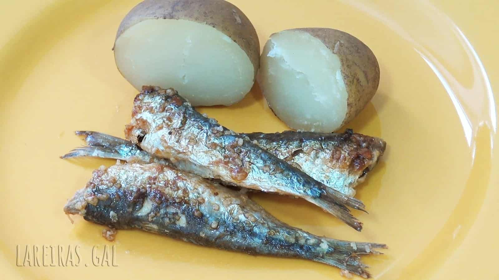 Xoubas (small sardines) with cachelos